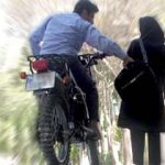 دستبند پلیس بر دستان فرد کیف قاپ در دزفول